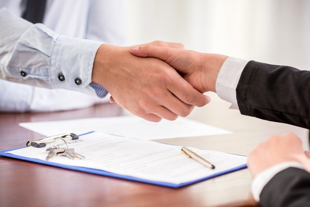 client and realtor shaking hands