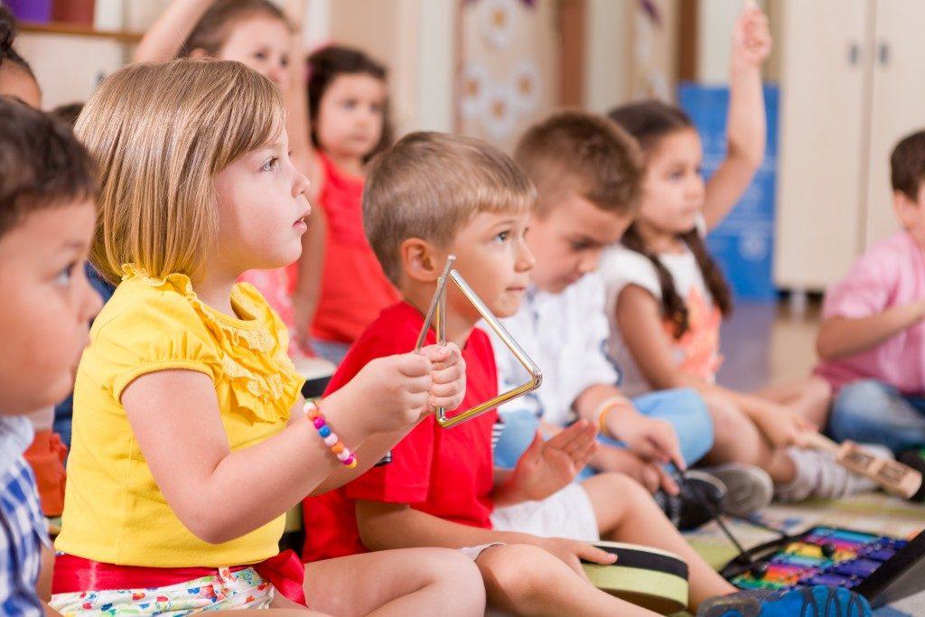 children learning music