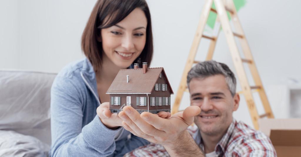 couple holding a house miniature
